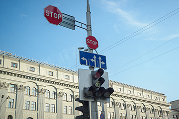 Поворот налево в 2020 году -с трамвайных путей, через сплошную, со светофором на перекрестке, в какую полосу