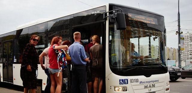 Обгон автобуса на остановке в 2020 году - через сплошную, прерывистую